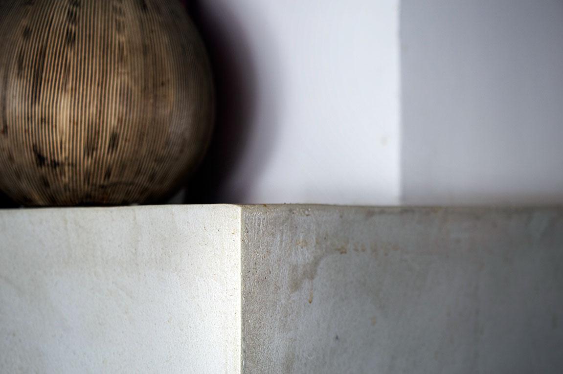 Habillage cheminée en Mortex & pigments naturels, détail.