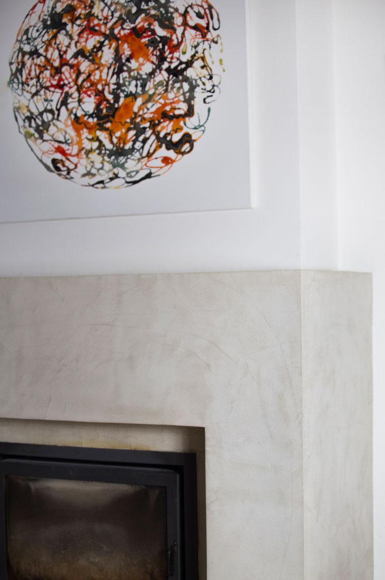 Habillage cheminée en Mortex & pigments naturels.