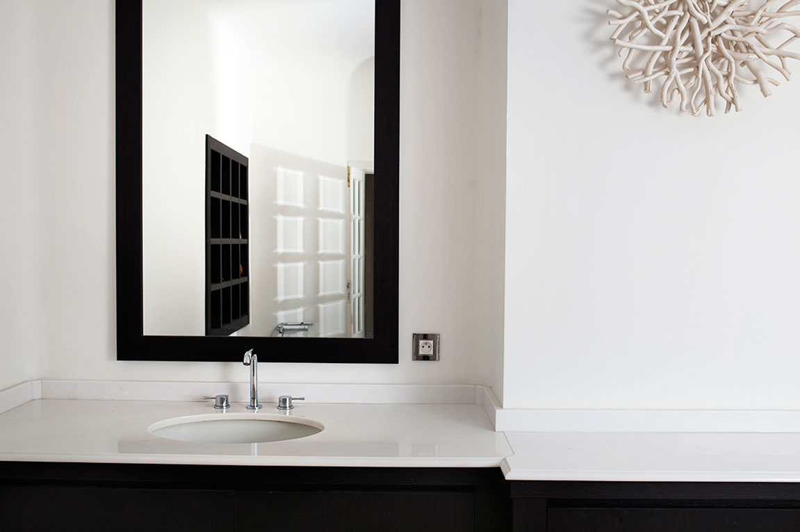 Salle de bain black and white. Marbre de carrare et wenge.