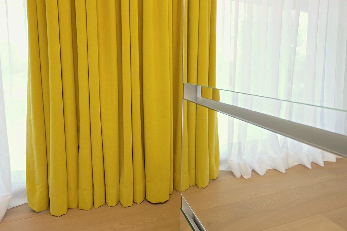 Habillage fenêtres voiles et velours de coton chaleureux.