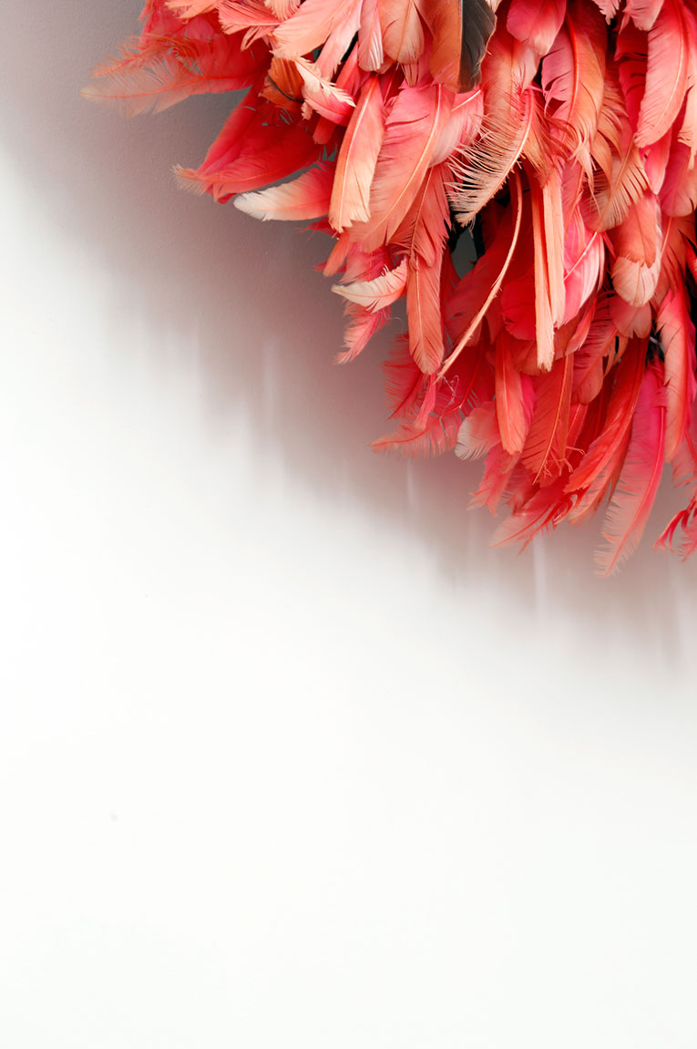 Décoration d'intérieur. Chapeau de chef africain en plumes.