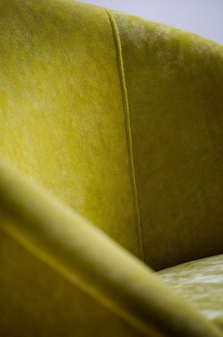 Garnissage fauteuil tissu velours, détail.
