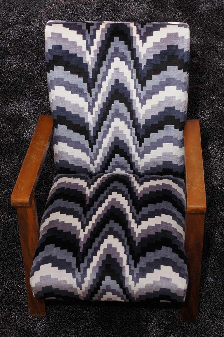Restauration et garnissage fauteuil tissu motif art déco.