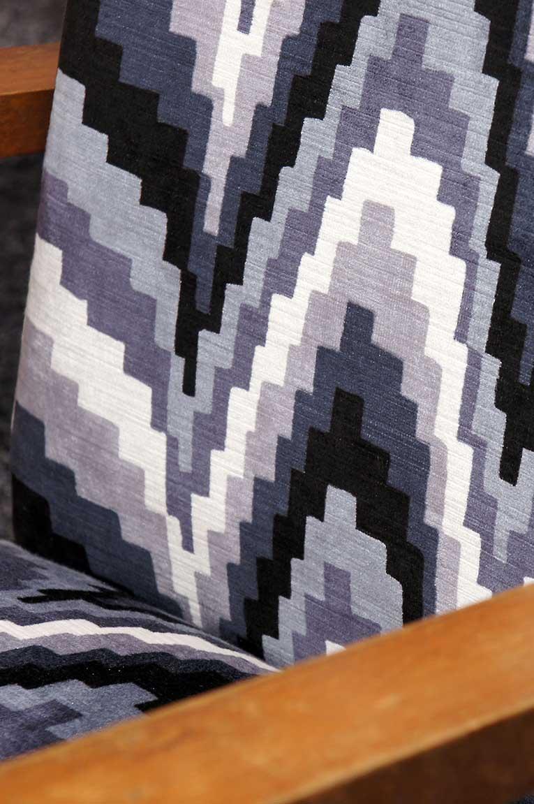 Restauration et garnissage fauteuil tissu motif art déco, détail.