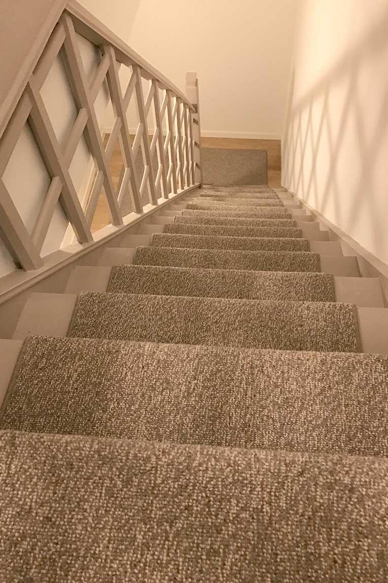 Tapis chiné cage d'escalier.