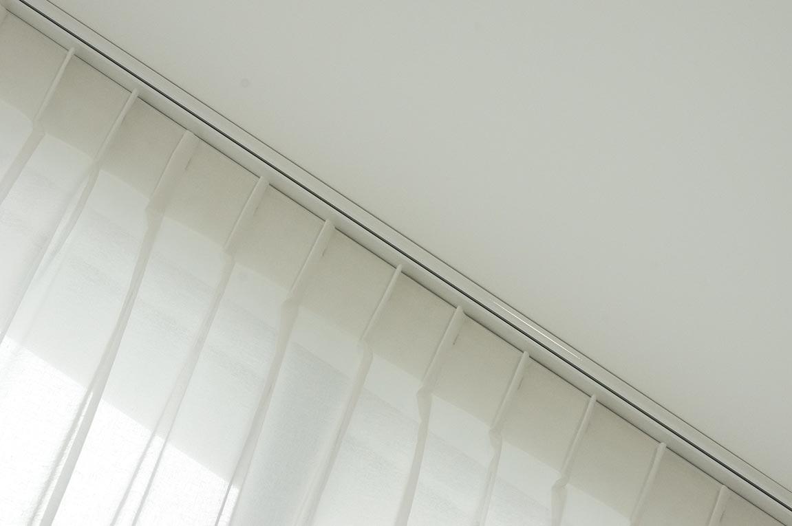 Voile de lin sur fenêtre en trapèze.